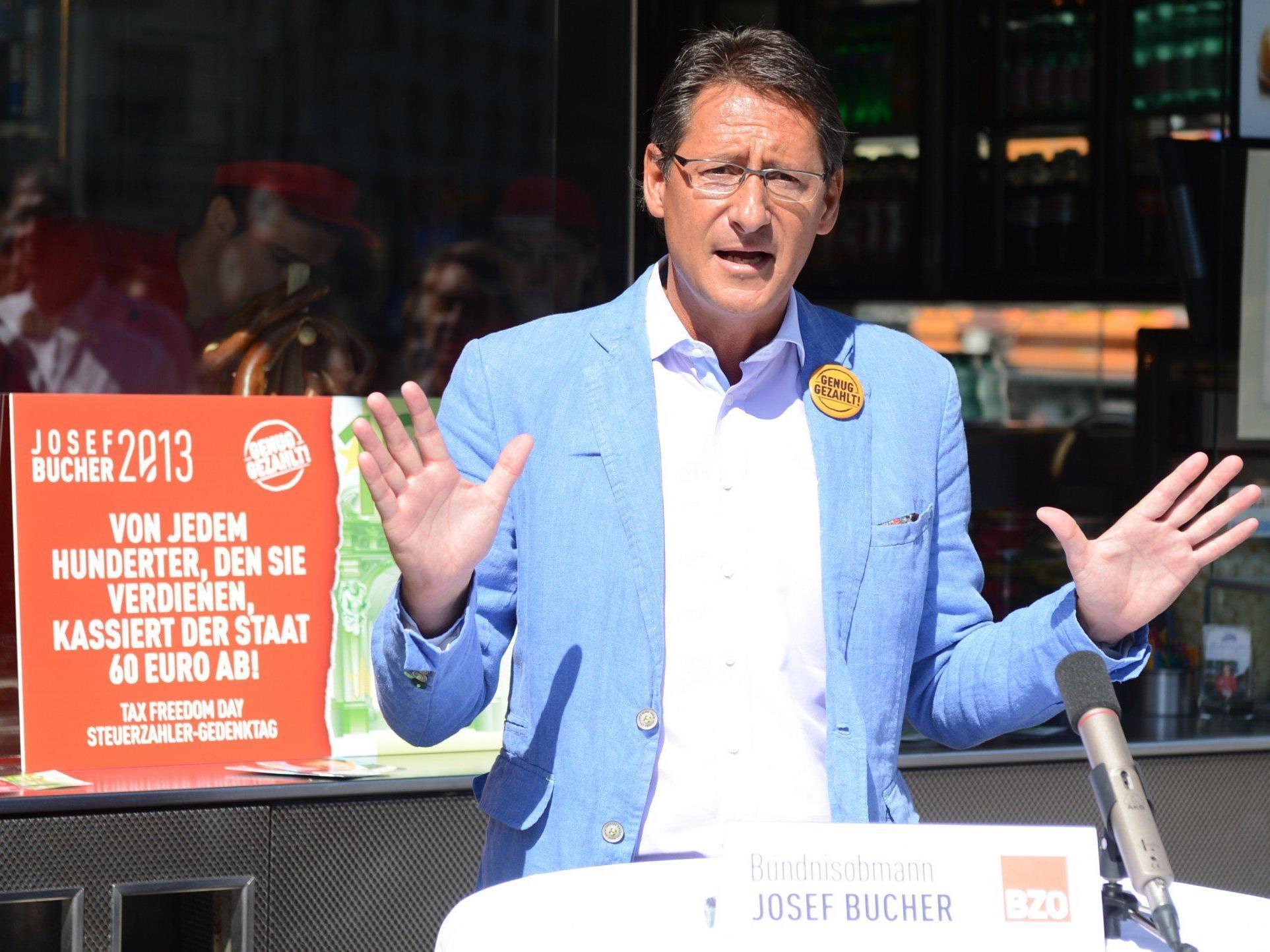 """Josef Bucher am Montag, 5. August 2013, anl. des BZÖ """"Tax Freedom Day 2013"""" beim Würstelstand Bitzinger am Albertinaplatz in Wien"""