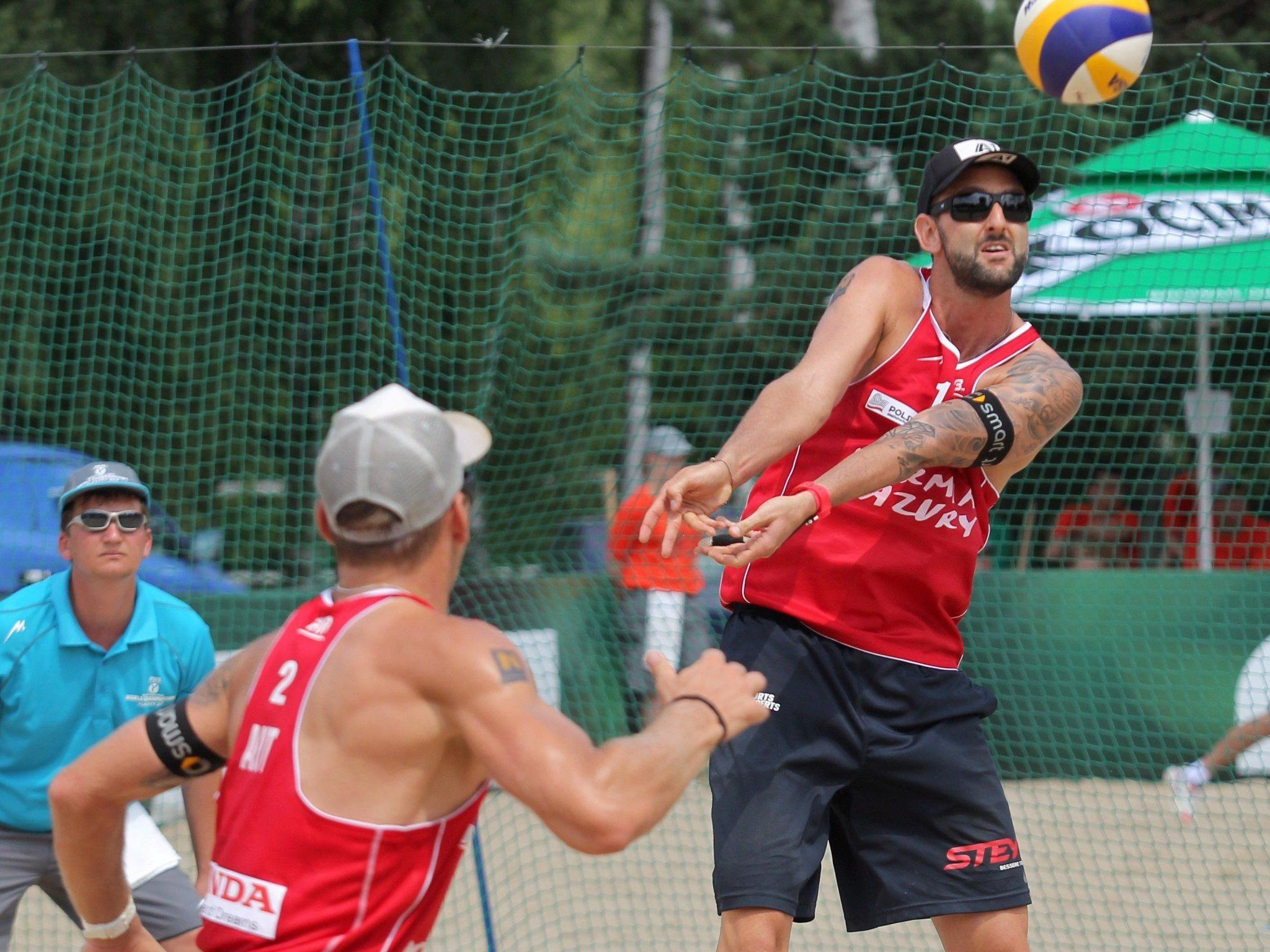 e Österreicher Alexander Horst (l.) und Clemens Doppler am Mittwoch, 31. Juli 2013, während des Gruppe M-Spiels gegen Ingrosso/Cecchini (ITA) im Rahmen der Beach-Volleyball EM in Klagenfur