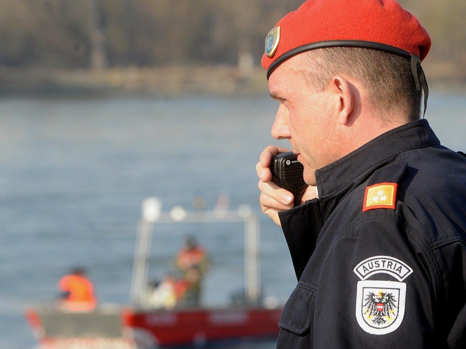 Ein Rollfährenmitarbeiter wird vermisst. Die Suche in der Donau wurde um 16 Uhr gestoppt.