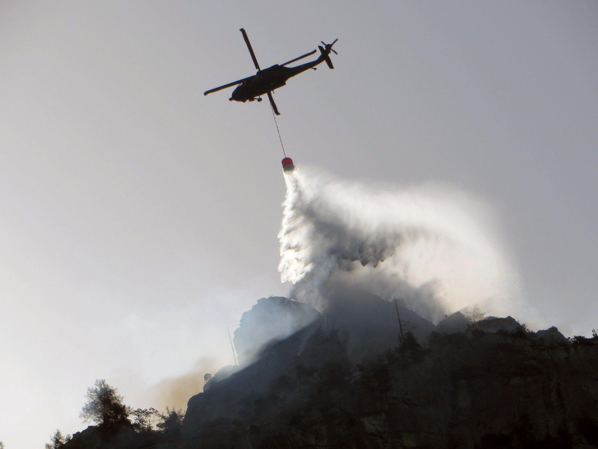 Löscharbeiten mit einem Hubschrauber des Bundesheere bei einem Waldbrand am Klettersteig