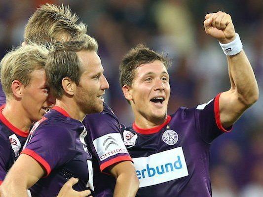 Austrias Torschützen Tomas Jun (Mitte) und Marko Stankovic (r) jubeln über den dritten Treffer
