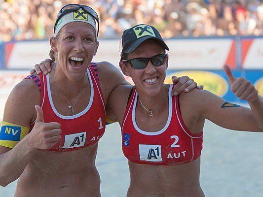 Stefanie (l. ) und Doris Schwaiger haben bei der Beach Volleyball EM allen Grund zu jubeln