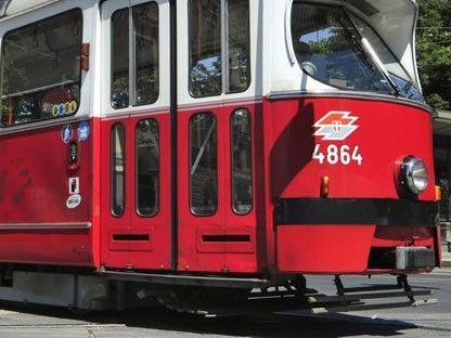Ein 52-Jähriger ist am Freitag in der Straßenbahn bedroht worden.