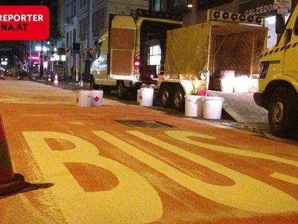 In der Nacht von Mittwoch auf Donnerstag wurde die neue Busspur auf der Mariahilfer Straße eingefärbt.