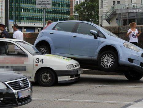 Am Dienstagnachmittag kam es im 2. Bezirk zu einem spektakulären Unfall.