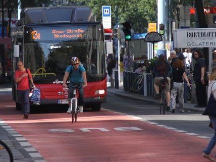 Fahrradfahrer auf der Busspur der Wiener Mariahilfer Straße.