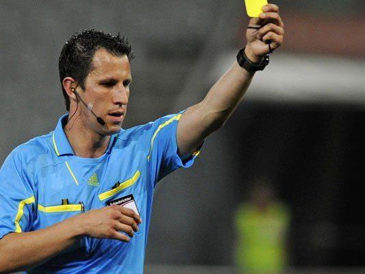 Schiedsrichter Alexander Harkam zückt schon einmal gerne mehr als nur eine seiner Karten.