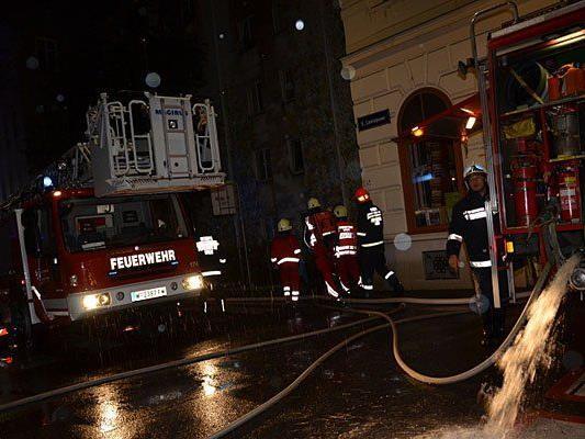 Die Feuerwehr beim Einsatz in der Liniengasse