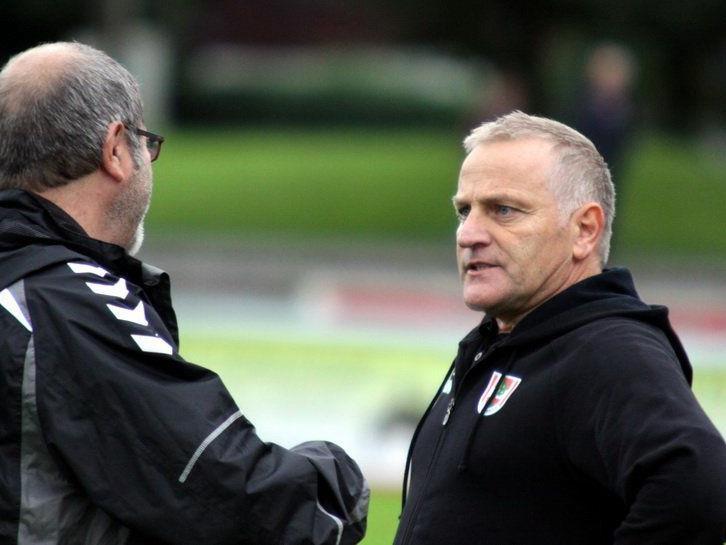 Dornbirn-Coach Peter Sallmayer im Gespräch mit Betreuer Lothar Ströhle.