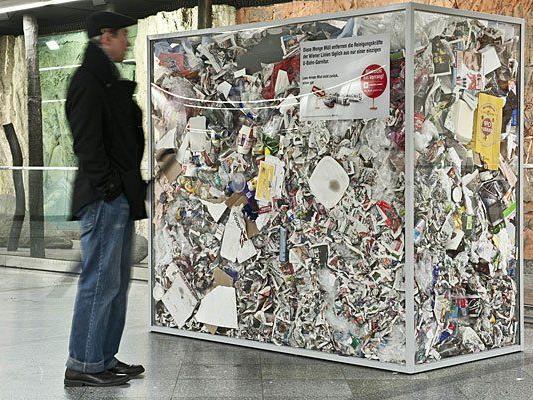 Ein Müllkunstwerk am Westbahnhof will an mehr Sauberkeit in den Öffis erinnern