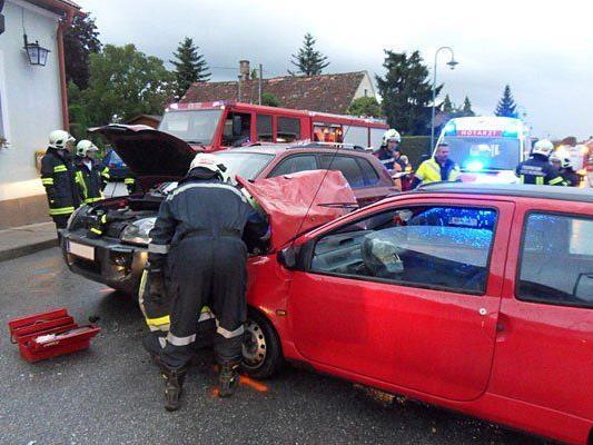 Die Einsatzkräfte an der Unfallstelle in Ternitz