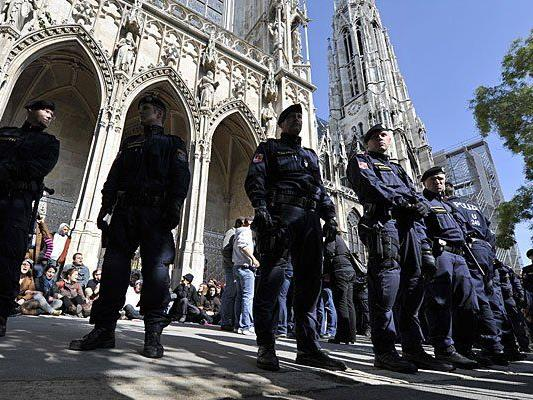 Die Wiener Votivkirche ist am Sonntag neuerlich von protestierenden Flüchtlingen besetzt worden.