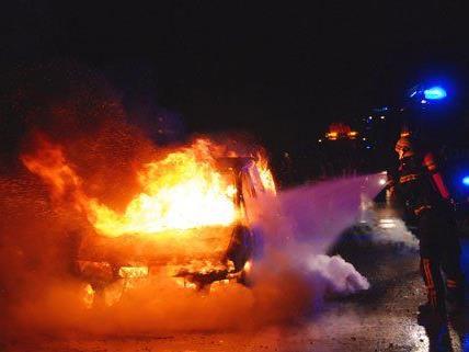 Das Fahrzeug auf der A2 brannte komplett aus.