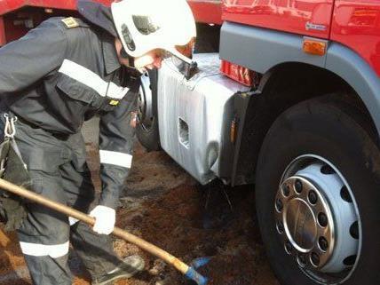 300 Liter Diesel mussten von der Feuerwehr gebunden werden.