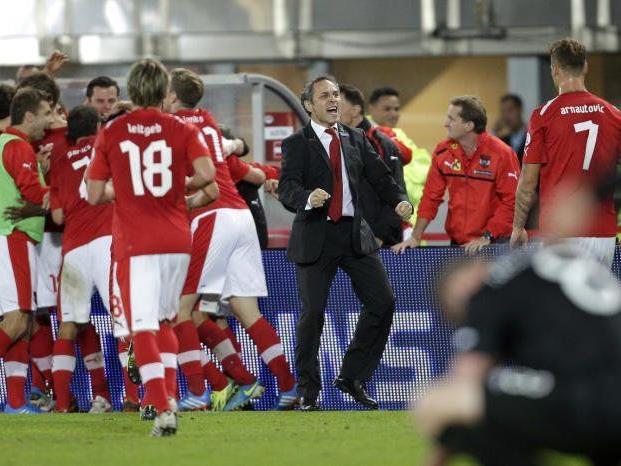Teamchef Marcel Koller jubelt mit der Mannschaft nach dem Tor zum 1:0 am Dienstag
