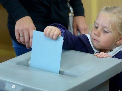 In Wien hat eine Frau ihre kleine Tochter mit zur Wahl genommen.