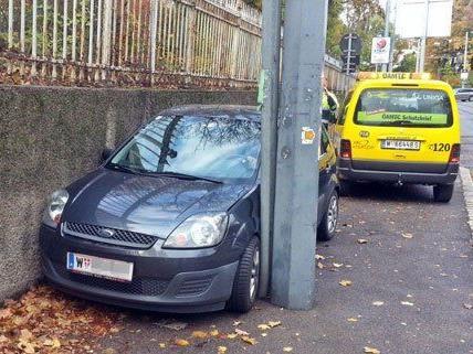 Unfall in Döbling: Pkw blieb zwischen Masten und Wand stecken