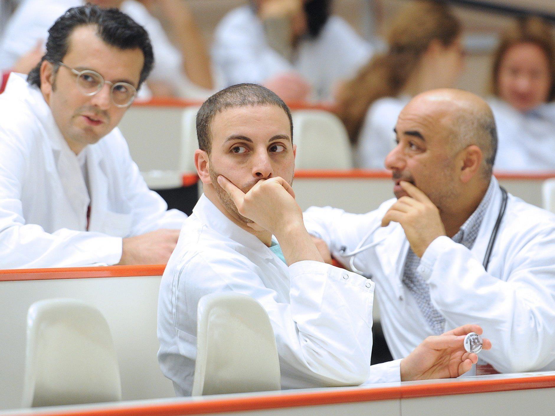 Wiener Universitätskliniken: Neue Ärzte-Dienstzeiten führt zu Engpässen