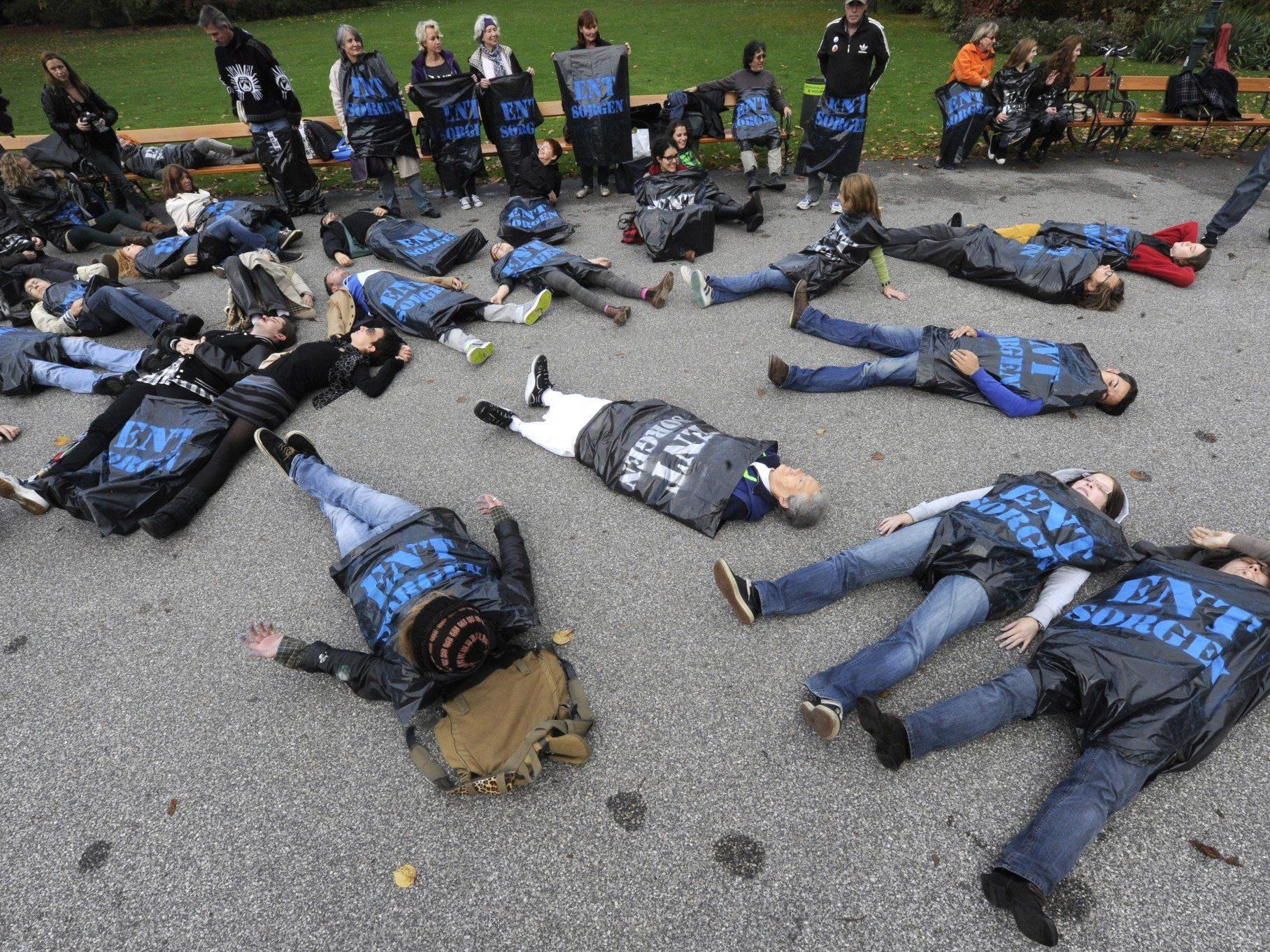 Obdachlose im Stadtpark: Solidaritäts-Flashmob in Müllsäcken