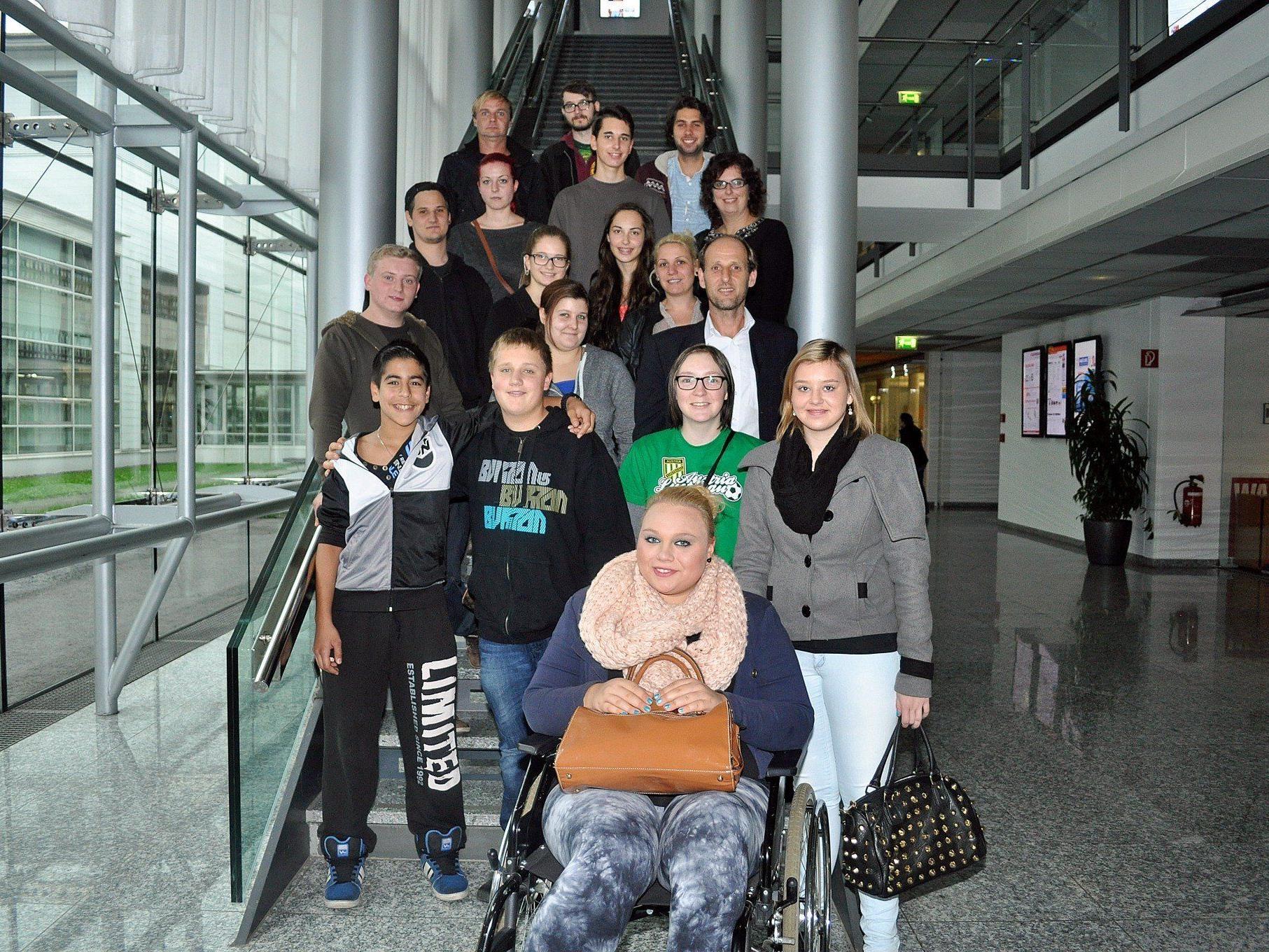 """Im Rahmen des """"Heimatprojekt Luschnou"""" besuchte vor kurzem eine Gruppe Jugendlicher Russmedia in Schwarzach."""