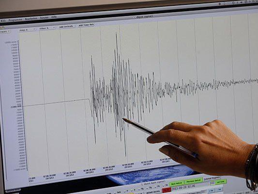 Eine Mitarbeiterin der Zentralanstalt für Meteorologie und Geodynamik (ZAMG) zeigt mit einem Kugelschreiber auf ein Erdbeben-Seismogramm