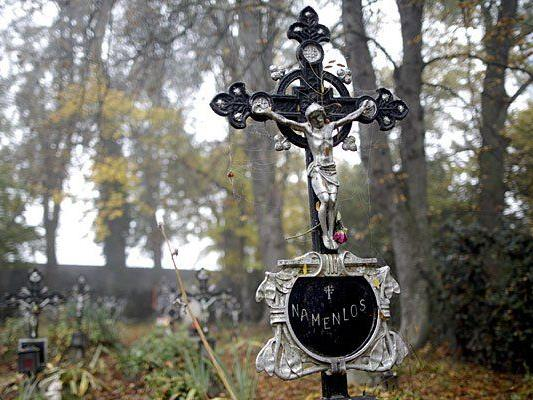 "Grabkreuze am ""Friedhof der Namenlosen"" in Wien"