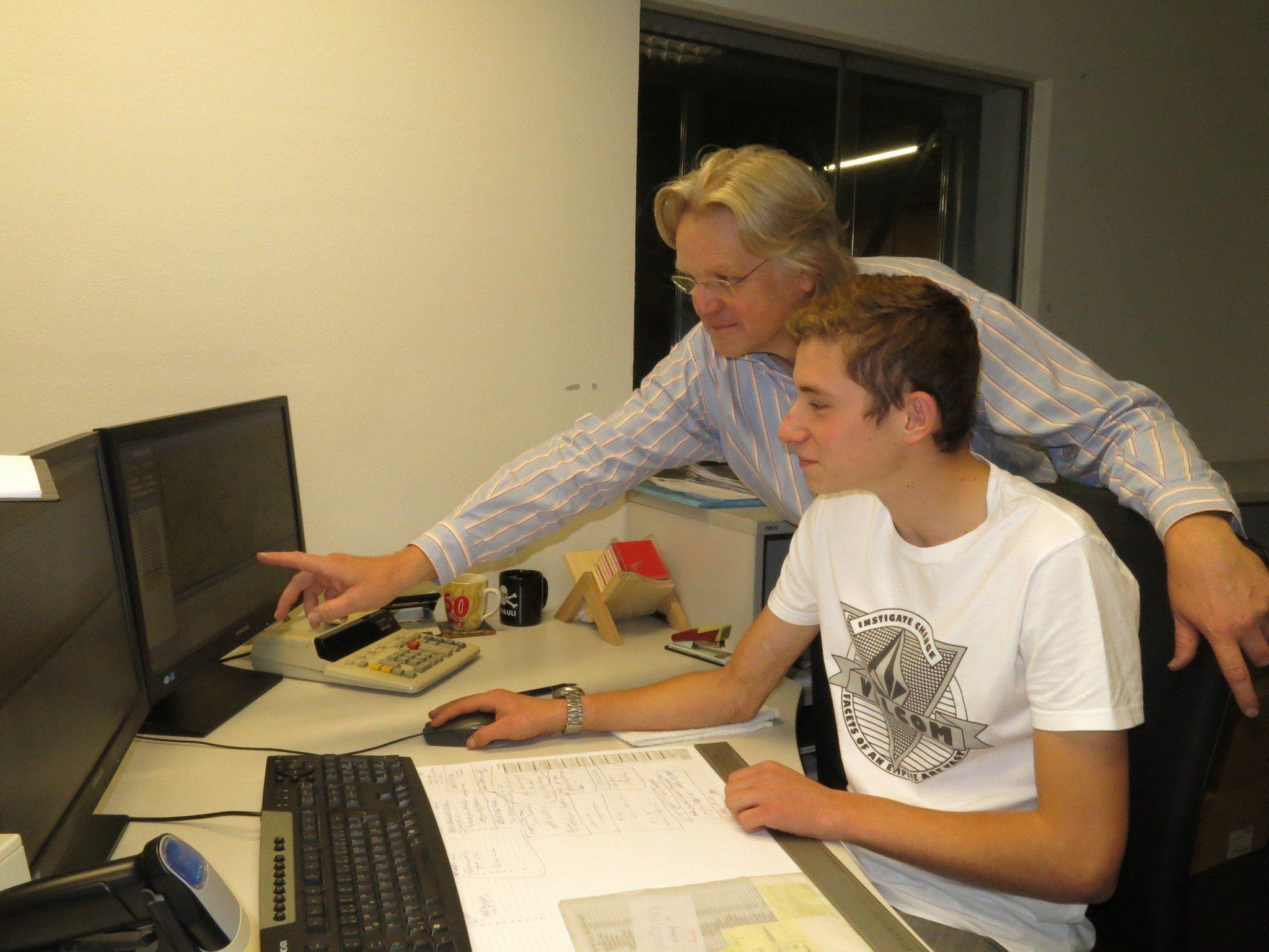 Bei Hansjörg Zwick, Leiter Nahverkehr, macht Clemens seine ersten Berufserfahrungen.