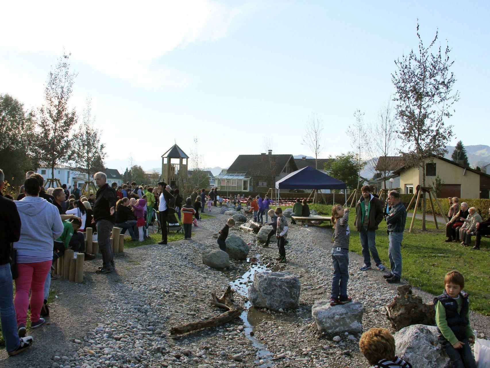 Der weitläufige Naturspielpark mit einem zentralen Wasserlauf, den sich die Kinder sehr gewünscht haben.