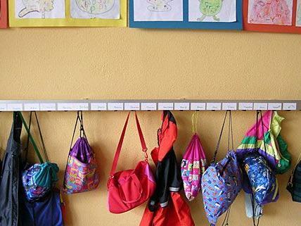 Burschen brechen in Kindergarten ein und fahren mit Go-Karts am Gelände