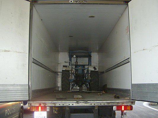 Der Traktor im Kühltransporter