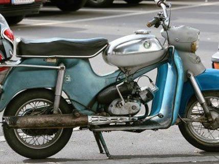 Die beiden Burschen waren auf einem gestohlenen Moped unterwegs.