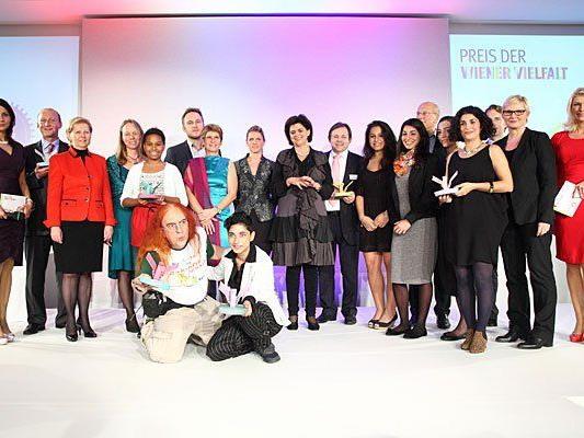 Die Preisträger mit Sponsoren auf der Bühne im Raiffeisen Forum