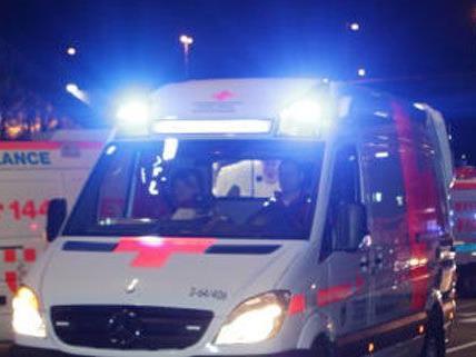 Die Rettung holte einen Schwerverletzten vom Graben ab