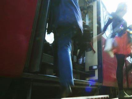 Am Mittwoch wurde ein Mann in der Straßenbahn gewürgt.