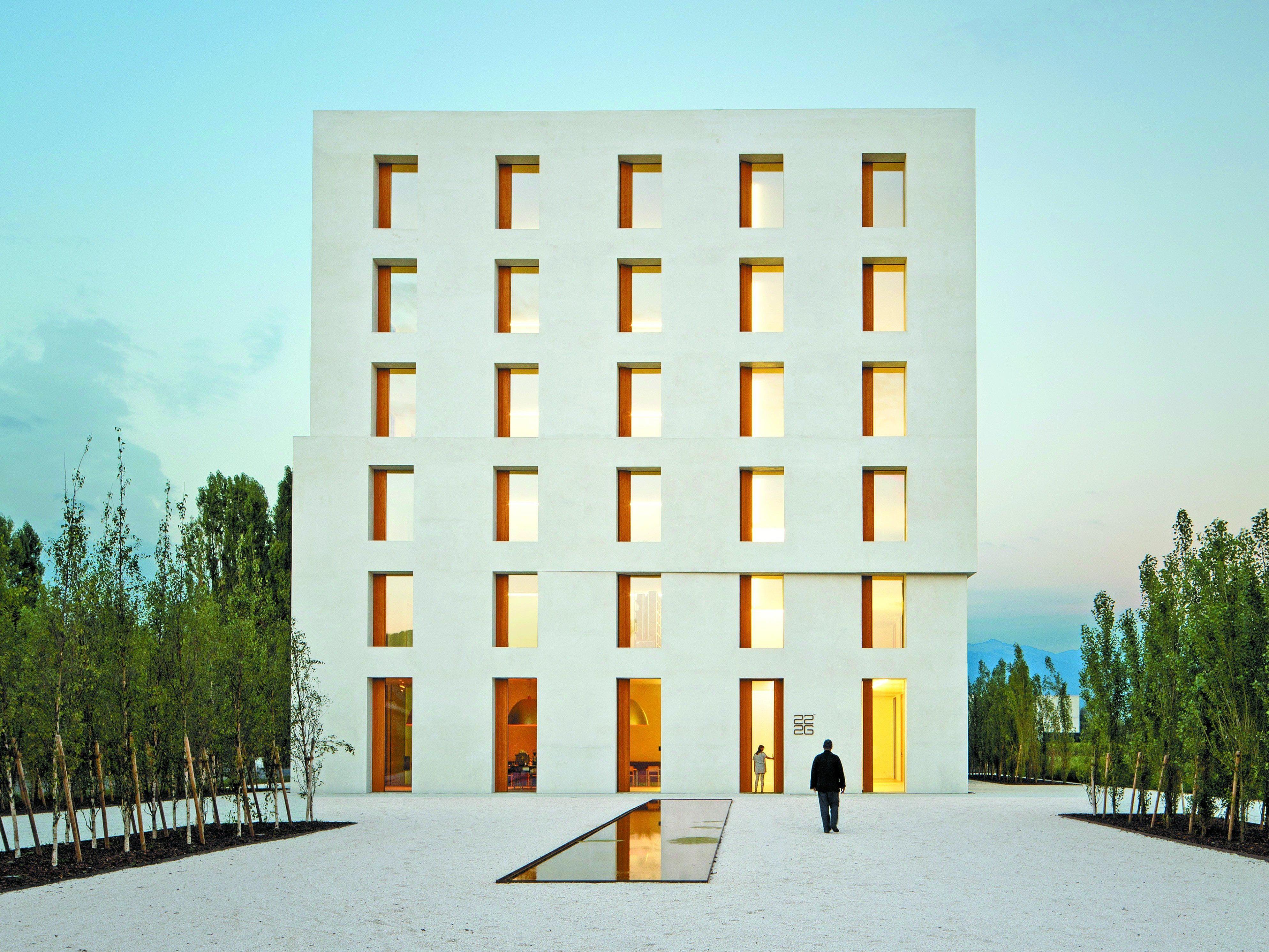 Feine Nuancen betonen die Geometrie des Gebäudes – ein regelmäßiger Würfel – und seinen kräftigen und reinen Körper.