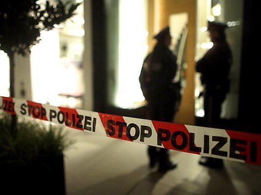 Geschäftsinhaber wurde mit Handschellen gefesselt