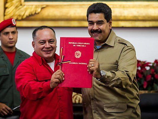 Maduro (re.) hält Sondervollmachten in Händen