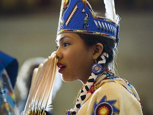 Geehrte erschienen in traditioneller Kleidung