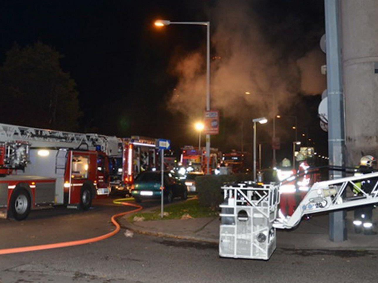 Bei einem Zimmerbrand in Wien-Brigittenau wurden 24 Personen verletzt.
