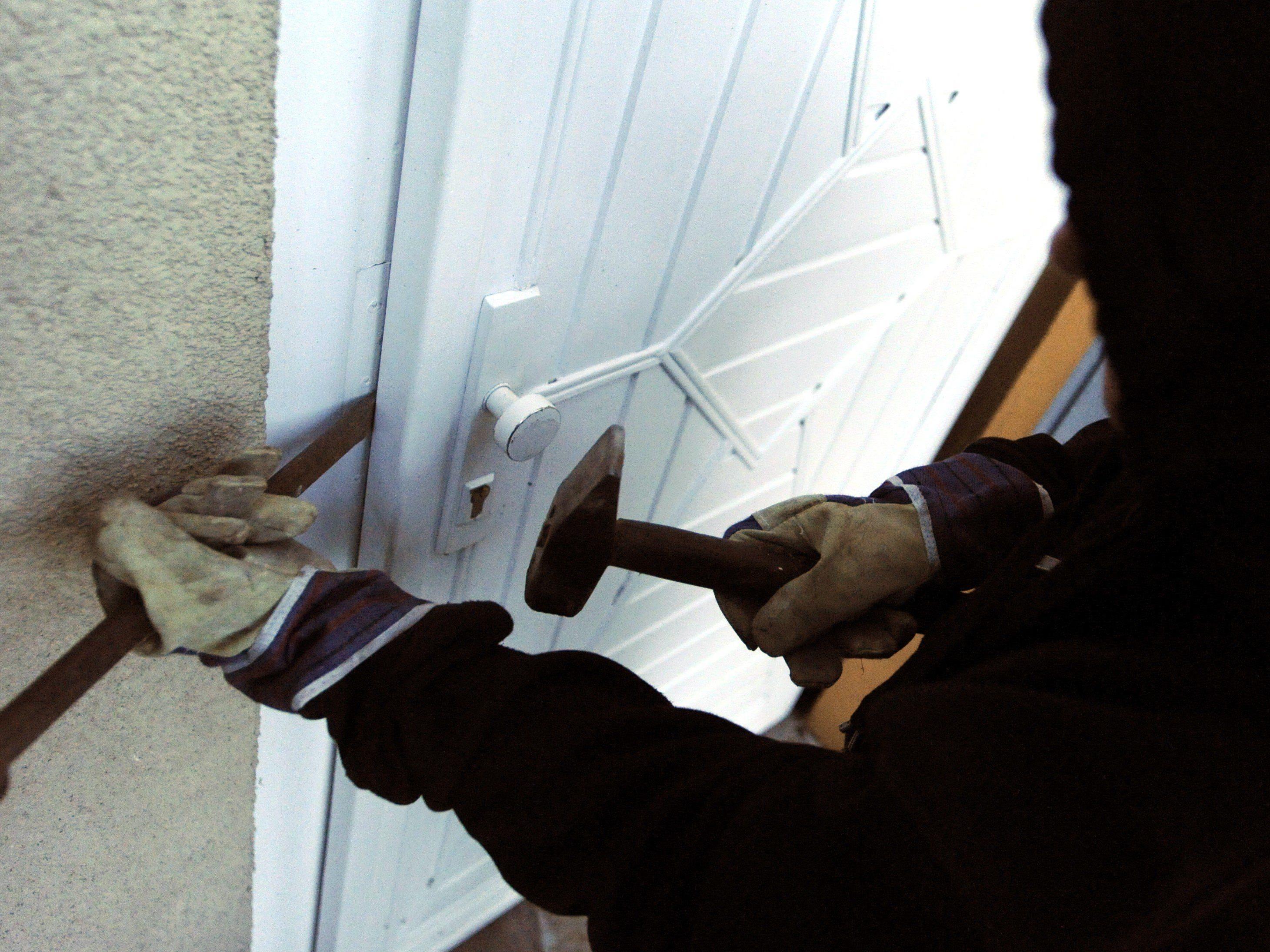 Mit diesen acht Tipps können Sie sich vor Einbrechern schützen.