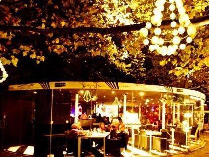 Das CapaTosta im Stadtpark mit weihnachtlicher Beleuchtung.