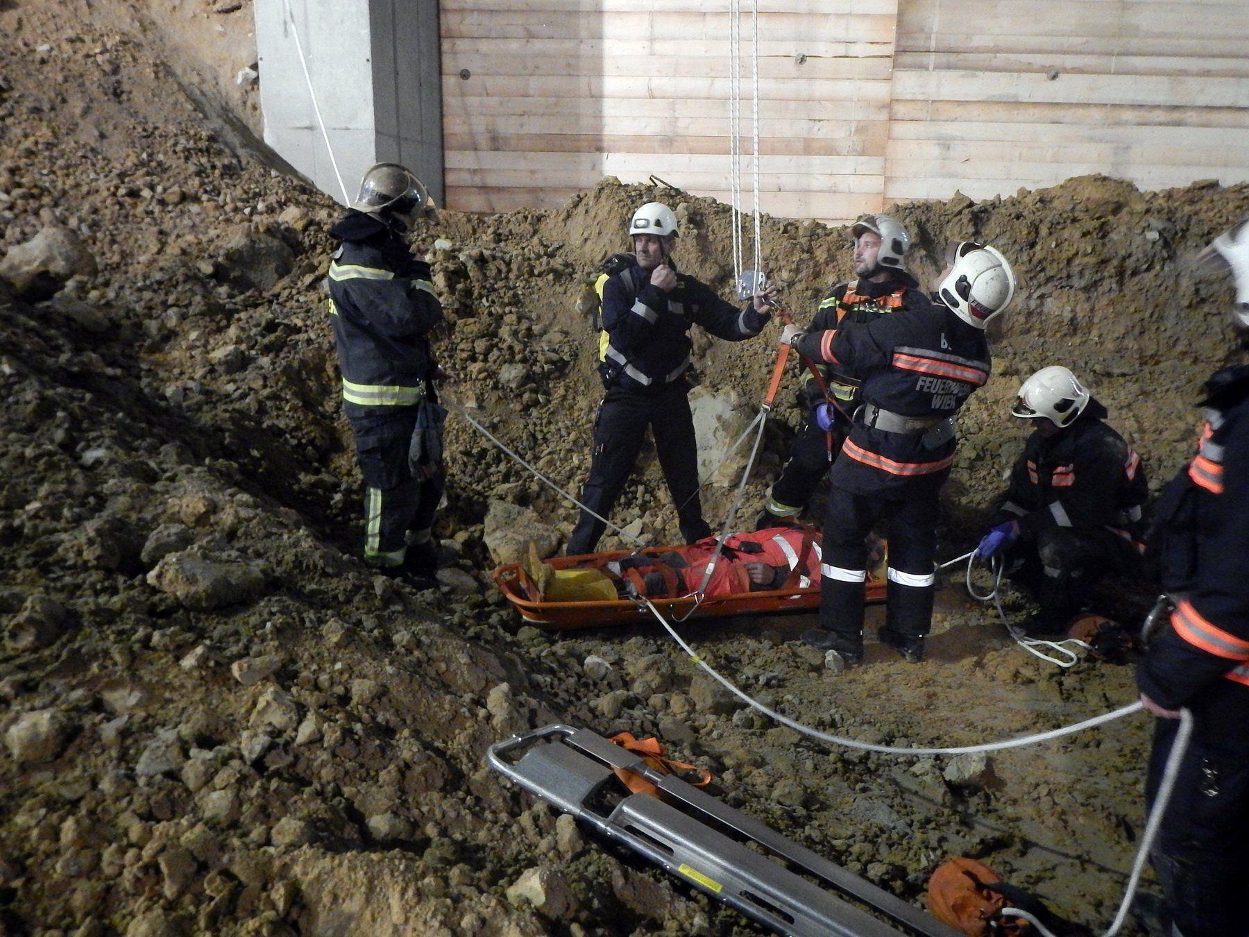 Mann bei Bauarbeiten abgestürzt und verschüttet