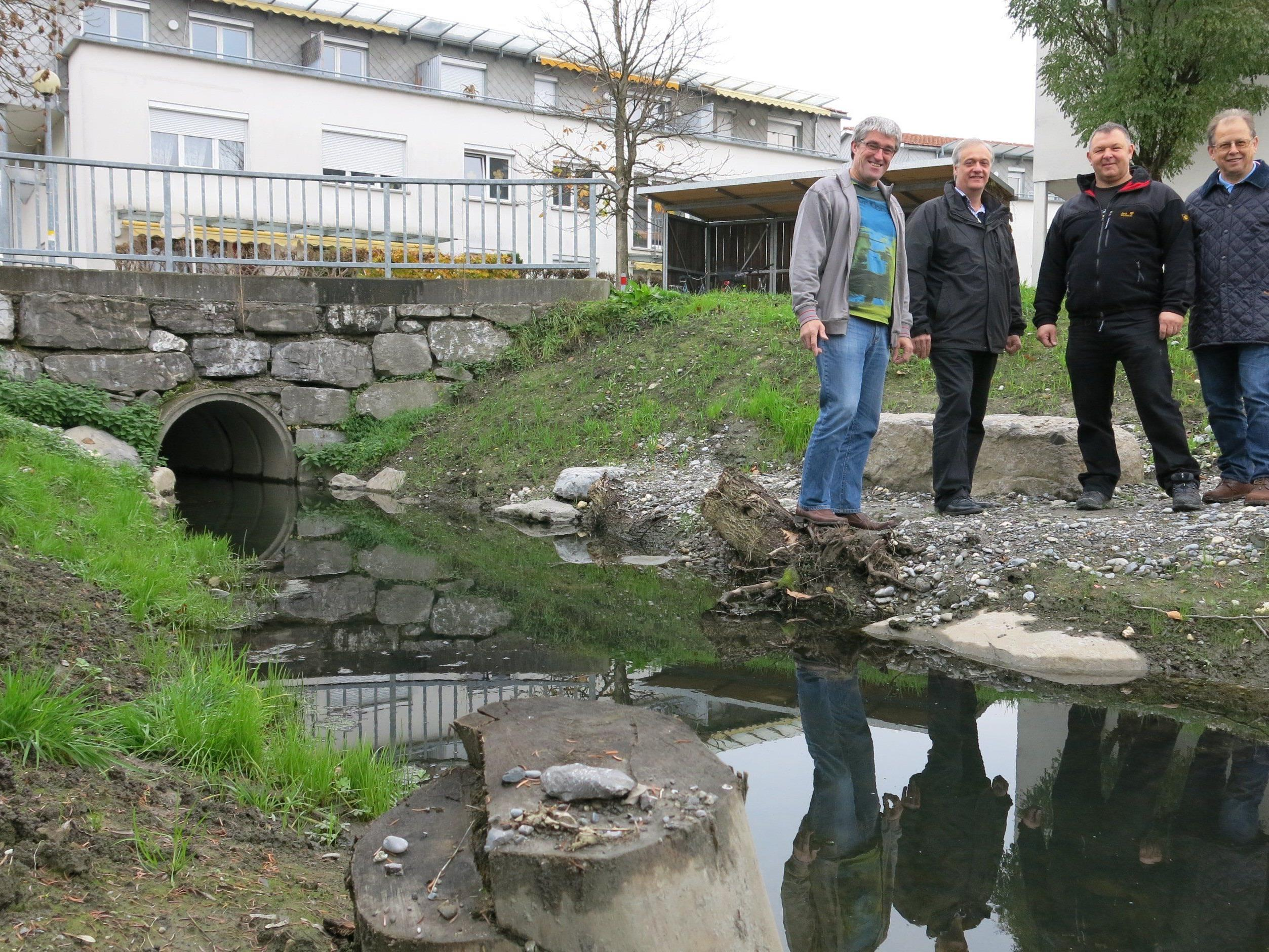 Otto Sohm, Vizebürgermeister Walter Natter, Kurt Spechtenhauser und Tiefbaureferent Wolfgang Bösch freuen sich über einen weiteren naturnah gestalteten Abschnitt des Kanals.