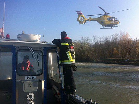 Einsatzkräfte bei der Bergung des Leichnams aus der Donau bei Krems