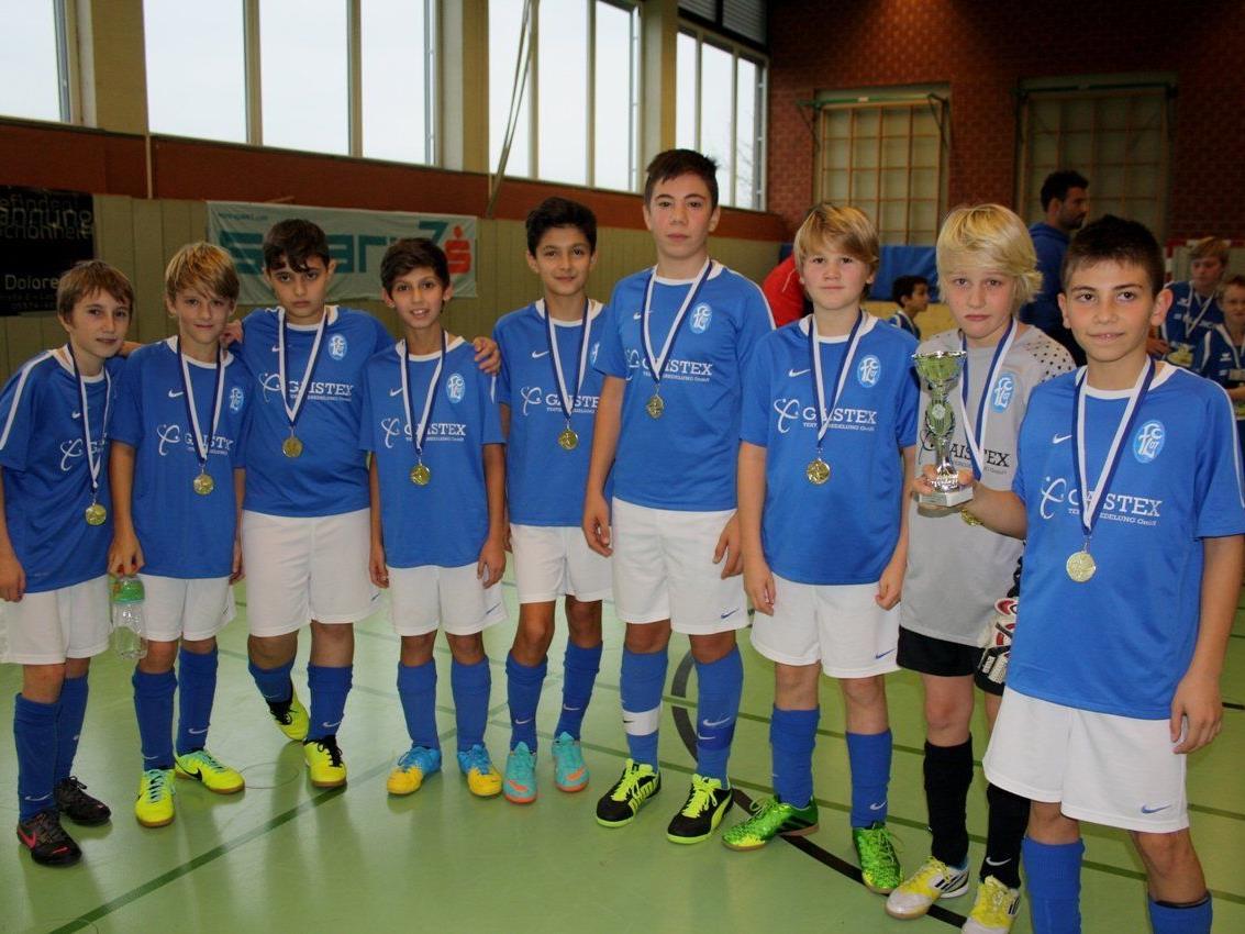 Mit Stolz präsentieren die jungen Fußballer des FC Lustenau A (U 13) Pokal und Medaille.