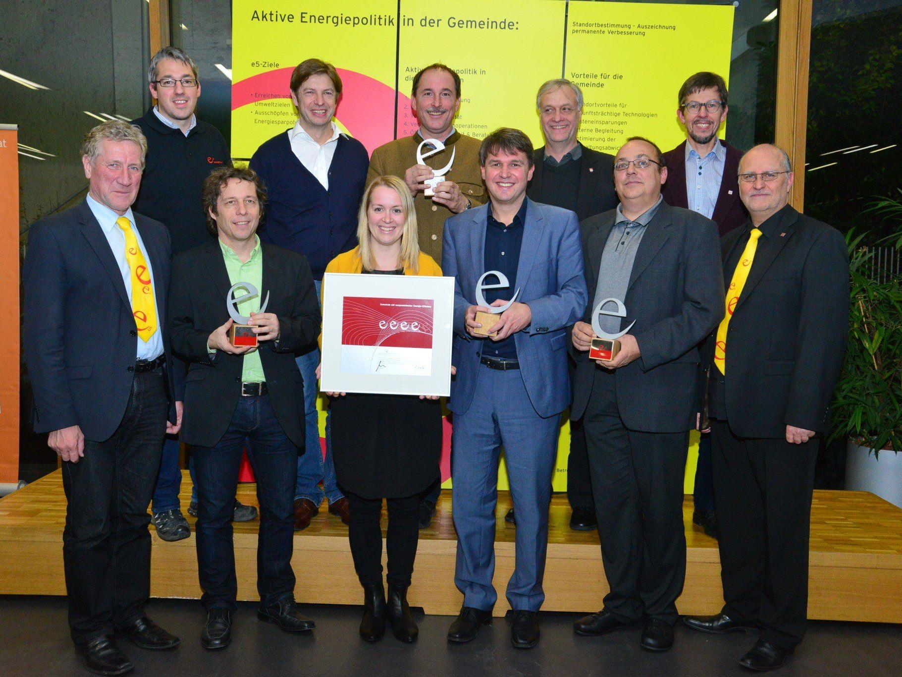 Bürgermeister Kurt Fischer (vordere Reihe 3.v.re.) und die Mitglieder des e5-Teams gemeinsam mit Landesrat Erich Schwärzler (li.) und e5-Programmleiter Karl-Heinz Kaspar (re.).