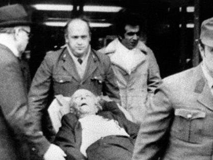 Sanitäter tragen einen Mann aus dem Opec-Gebäude in Wien, der bei dem Terroranschlag am 21.12.1975 verletzt wurde