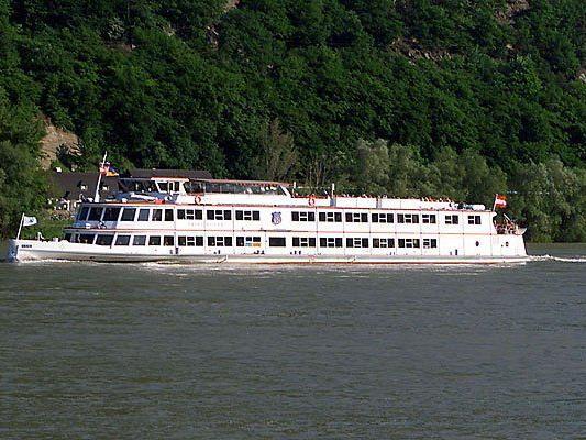 Ein Schiff wird auf der Donau festgehalten