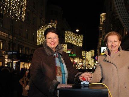 Vizebürgermeisterin Renate Brauner und Präsidentin Brigitte Jank beim Einschalten der Weihnachtsbeleuchtung in der Kärntner Straße.