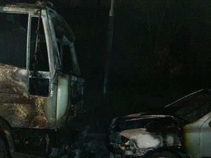 Zwei Fahrzeuge wurden durch den Brand beschädigt.